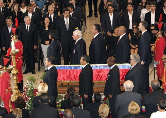World leaders flank the casket of Venezuelan President Hugo Chávez in a moment of silence (EFE)